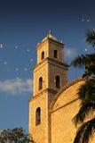 Kirche mit Hochzeits-Ballonen Lizenzfreies Stockfoto