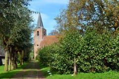 Kirche mit Kirchenweg im Groningen-Dorf von Eenum lizenzfreie stockbilder