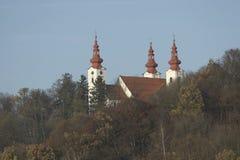 Kirche mit Kontrolltürmen Lizenzfreies Stockfoto
