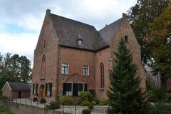 Kirche mit Pfarrhaus nahe Schloss Huis Bergh Lizenzfreie Stockfotos