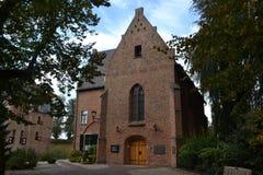 Kirche mit Pfarrhaus nahe Schloss Huis Bergh Lizenzfreie Stockfotografie