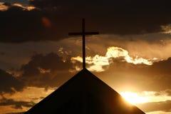 Kirche mit Sonnenuntergang hinten Stockfotografie