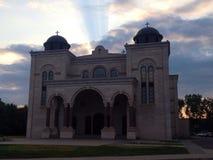 Kirche mit Stechpalmenlicht Stockfotografie
