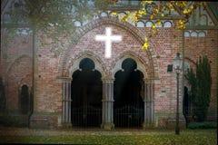Kirche mit weißem Kreuz Stockfotografie