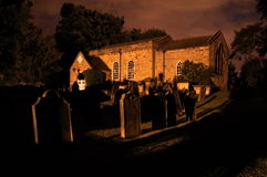 Kirche nachts Lizenzfreie Stockbilder