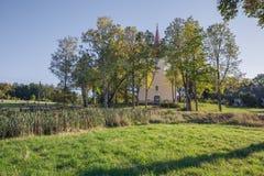 Kirche nahe dem See, Araisi, Lettland Natur und Gebäude stockfotos