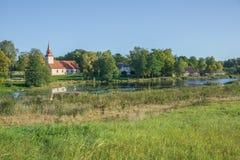 Kirche nahe dem See, Araisi, Lettland Natur und Gebäude lizenzfreies stockfoto