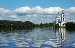 Kirche nahe dem Volga-Fluss Lizenzfreies Stockfoto