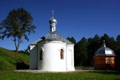 Kirche nahe der heiligen Quelle im orthodoxen Kloster des Dormition des Theotokos lizenzfreies stockfoto