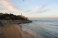 Kirche nahe einem Strand am frühen Morgen Stockfoto