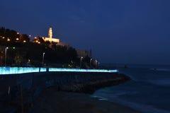 Kirche nahe einem Strand nachts Stockfotos
