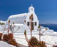 Kirche in Oia-santorini Griechenland lizenzfreie stockfotos