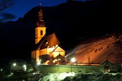 Kirche in Ramsau bis zum Nacht Lizenzfreies Stockfoto