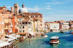 Kirche San Geremia und ACTV-vaporetto auf Grand Canal Lizenzfreie Stockfotografie