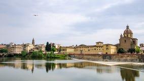 Kirche Sans Frediano und der Arno in Florenz lizenzfreie stockbilder