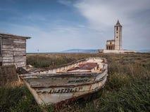 Kirche Sans Miguel Beach und der Salinen mit angeschwemmten Booten, lassen Cabo De Gata, Almeria, Andalusien, Spanien ein stockfotografie