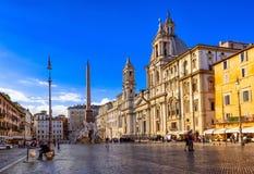 Kirche Sant Agnese in Agone und im Brunnen der vier Flüsse mit ägyptischem Obelisken auf Marktplatz Navona in Rom lizenzfreies stockbild