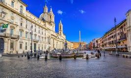 Kirche Sant Agnese im Agone, Palazzo Pamphilj und Fontanas del Moro Moor Fountain auf Marktplatz Navona in Rom stockbild