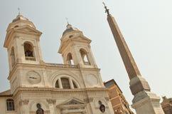 Kirche Santissima Trinità de Monti in Rom lizenzfreie stockbilder