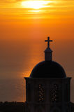 Kirche in Santorini am Sonnenaufgang stockfotografie