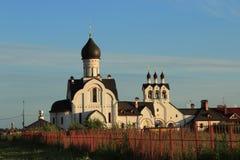 Kirche am Sonnenuntergang Stockfotos