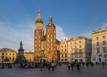 Kirche St. Marys und das Monument von Adam Mickiewicz Stockbild