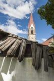 Kirche in St. Pankraz hinter defektem Dach Stockbilder