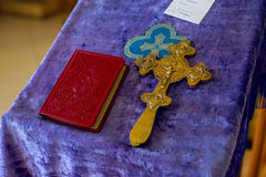 Kirche stellt Priester für Taufe zur Verfügung lizenzfreie stockbilder