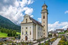 Kirche StPeter und Pauls (StVitus) mit Kirchhof in Sesto Stockbilder