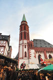Kirche Str.-Nicolaus im Weihnachtsmarkt Stockfotografie