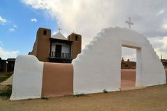 Kirche in Taos-Pueblo, New Mexiko Stockfoto