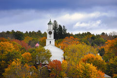 Kirche umgeben durch Herbstfarben stockfotos