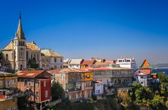 Kirche und Abhang steuert in einem Vorort von Valparaiso automatisch an lizenzfreies stockbild
