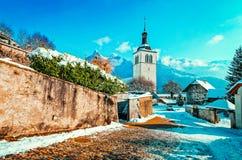 Kirche und alpine Berge in Gruyeres-Winter stockfotografie
