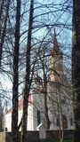 Kirche und B?ume lizenzfreie stockbilder