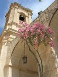 Kirche und Baum Stockfotografie