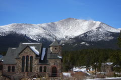 Kirche und Berg stockfotografie