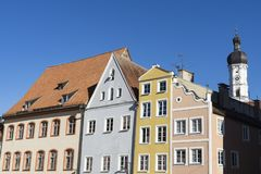 Kirche und bunte Häuser in Landsberg am Lech, Deutschland lizenzfreies stockfoto