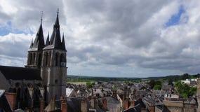 Kirche und Dächer auf dem Fluss die Loire in Blois Lizenzfreies Stockbild