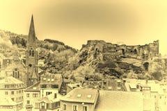 Kirche und das Schloss von La Roche stockfotografie