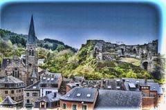 Kirche und das Schloss von La Roche lizenzfreie stockfotos