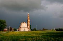Kirche und drastische Landschaft in Sesso, Italien Stockfotografie