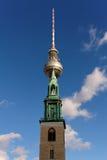 Kirche und Fernsehkontrollturm stockfoto