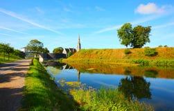 Kirche und Fluss Lizenzfreie Stockbilder
