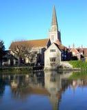 Kirche und Fluss stockfoto
