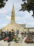 Kirche und Friedhof in Bretagne Stockbild