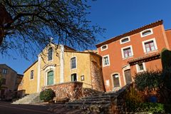 Kirche und gemalte Häuser von Roussillon Stockfoto