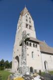 Kirche und Grabstein Stockfotos