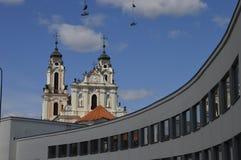 Kirche und hängende Schuhe in der alten Stadt in Vilnius lizenzfreie stockfotos