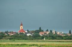 Kirche und Häuser Stockfotografie